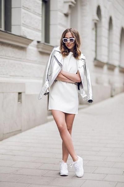 Девушка в белом платье и кроссовках