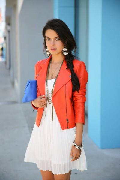 Девушка в белом платье и оранжевой косухе