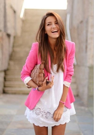 Девушка в белом платье и розовом пиджаке