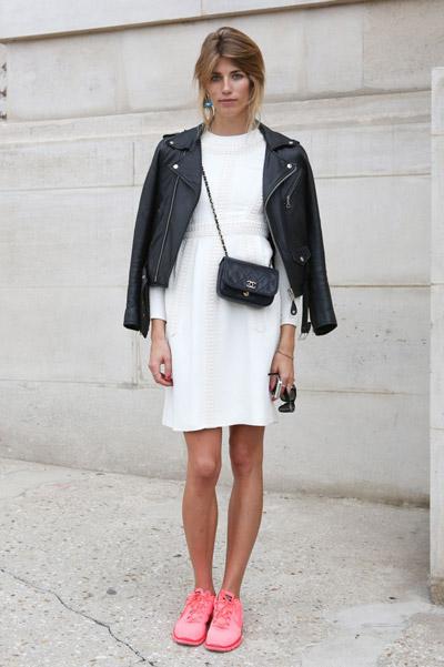 Девушка в белом платье и розовых кроссовках и маленькой черной сумочкой