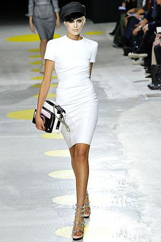 Девушка в белом платье и серебряных босоножках
