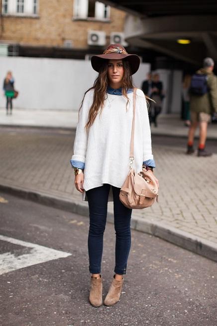 Девушка в белом свитере оверсайз и шляпе