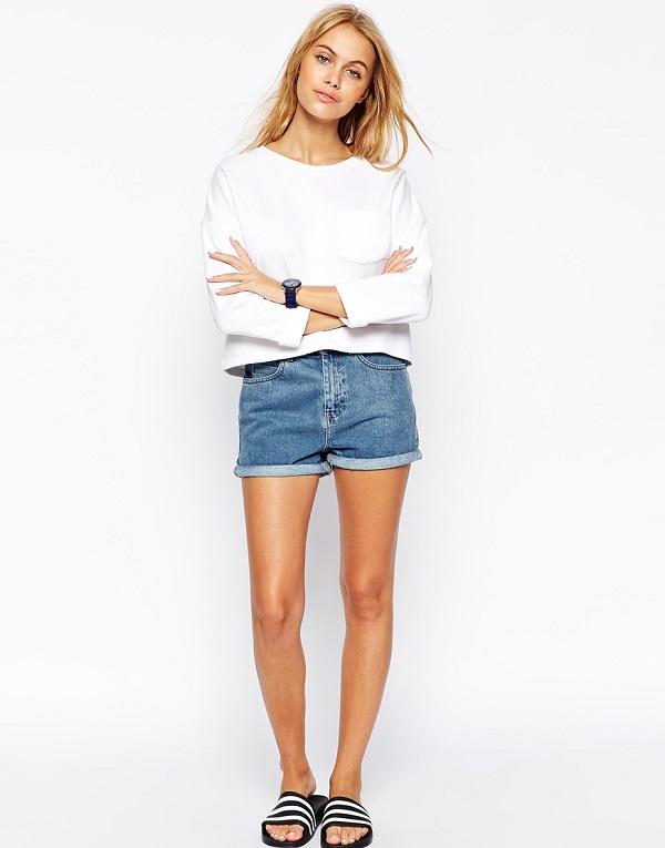 Девушка в белом свитшоте и джинсовых шортах