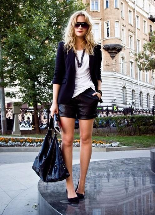 Девушка в белом топе и пиджаке, кожаных шортах