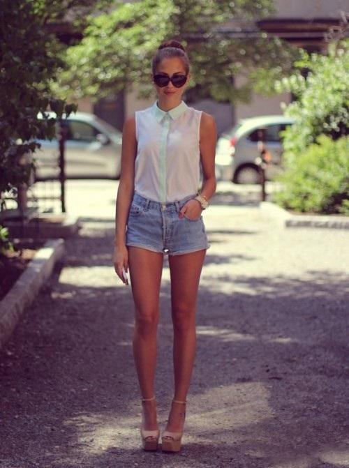 Нежная девушка в шортиках и без фото фото 509-337