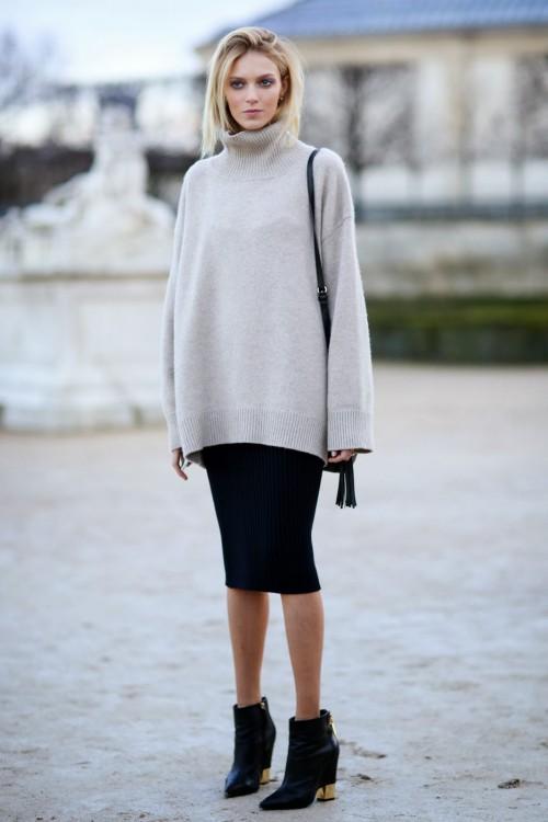 Девушка в бежевом свитере оверсайз и черной юбке