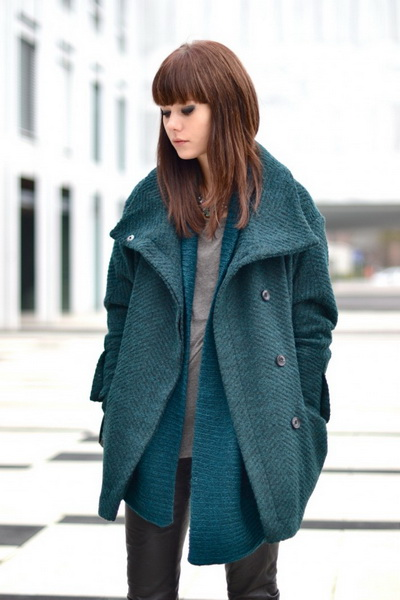 Девушка в бирюзовом пальто оверсайз