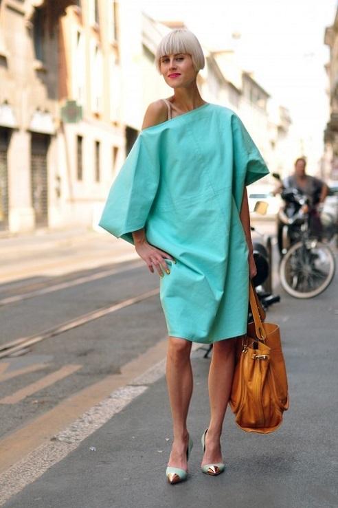 Девушка в бирюзовом платье оверсайз