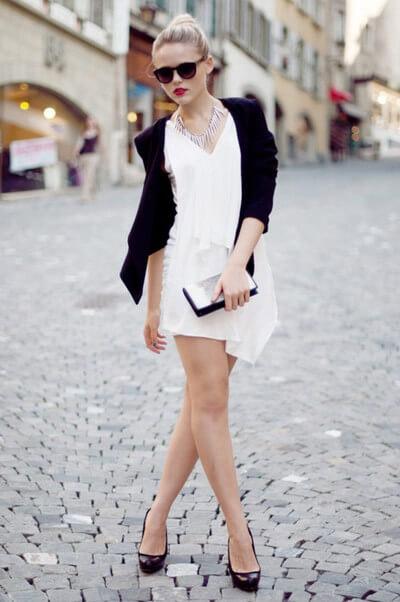 Девушка в черном кардигане и белом платье