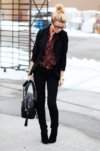 Девушка в черных джинсах и блузке в деловом стиле