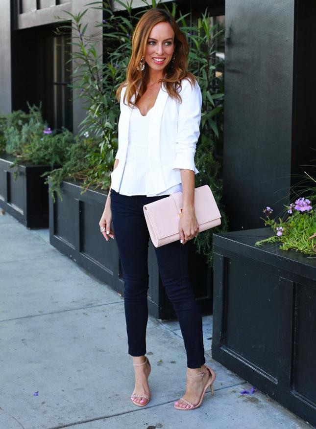 Девушка в черных джинсах и с белым верхом