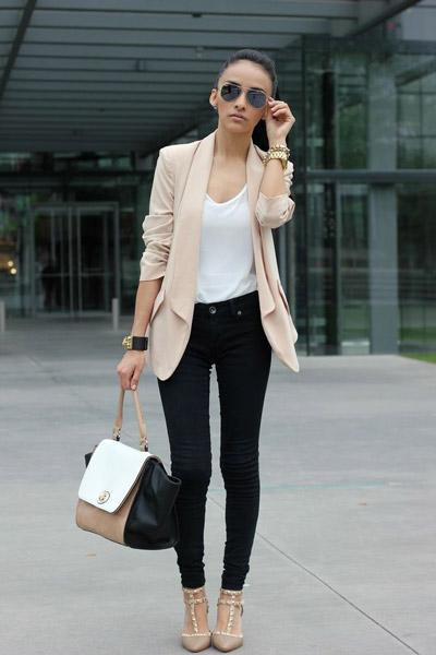 Девушка в черных джинсах в стиле бизнесс-вумен
