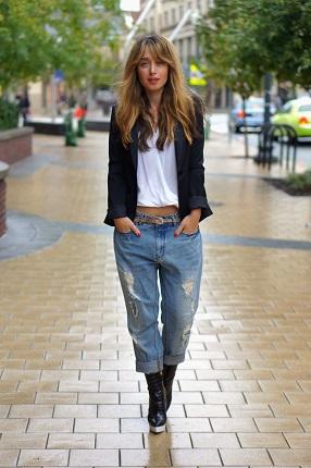 Девушка в джинсах оверсайз с низкой посадкой