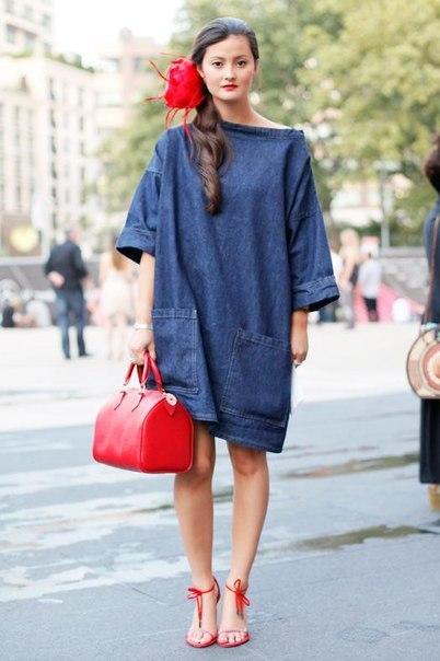 Девушка в джинсовом платье оверсайз