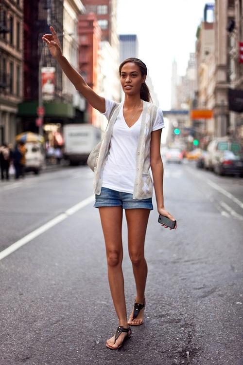 Девушка в джинсовых шортах и белой футболке