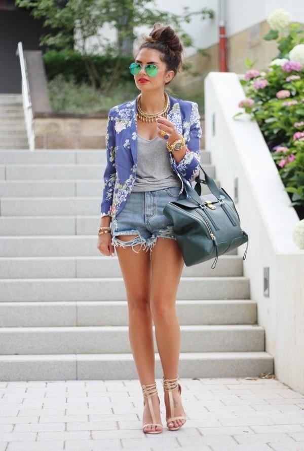 Девушка в джинсовых шортах и жакете в цветах