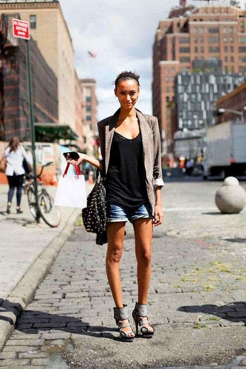 Девушка в джинсовых шортах и жакете