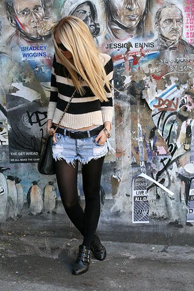 Девушка в джинсовых шортах и полосатом джемпере