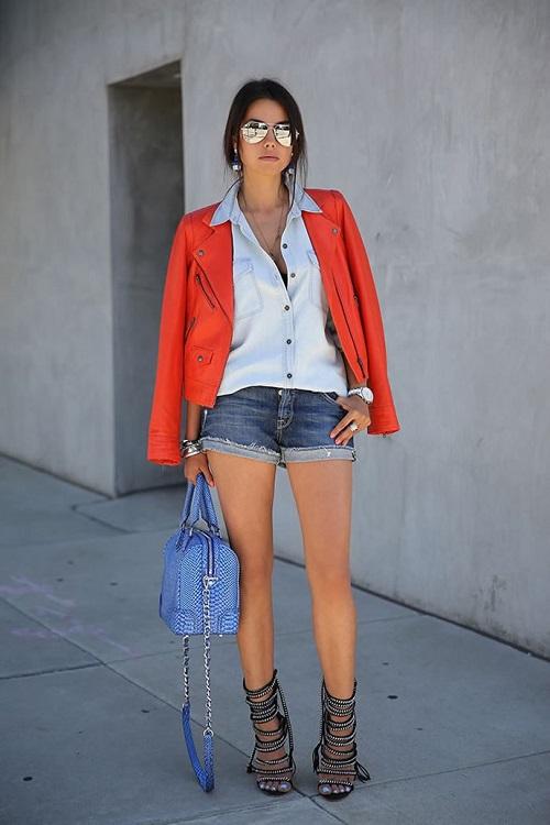 Девушка в джинсовых шортах и рубашке с курткой