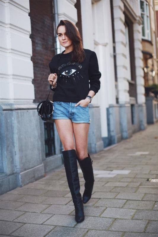 Девушка в джинсовых шортах и свитшоте