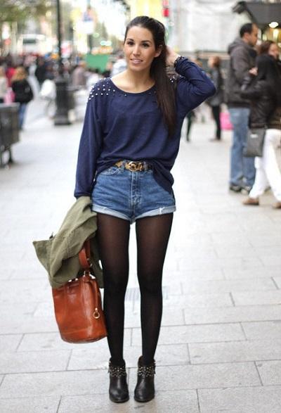 Девушка в джинсовых шортах и темных колготках