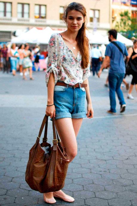 Девушка в джинсовых шортах и цветочной блузке
