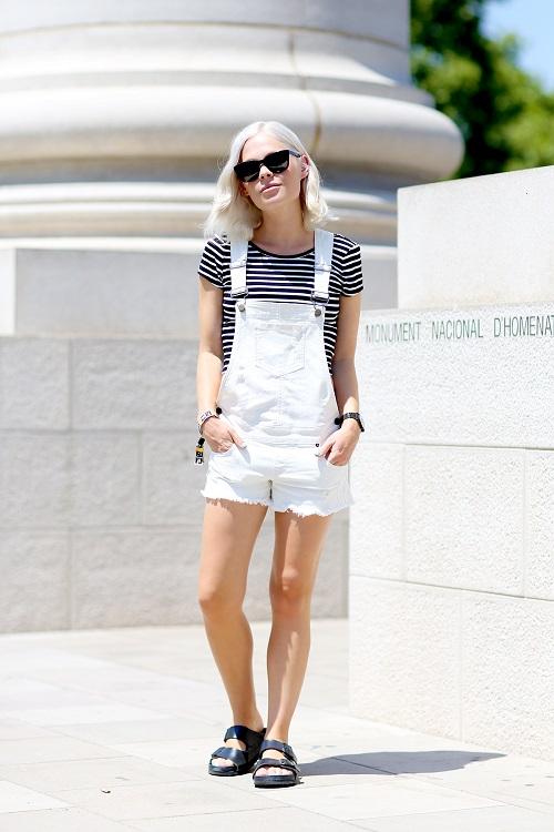 Девушка в футболке в полоску и белом комбинезоне