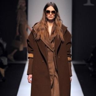 Девушка в коричневом пальто оверсайз и коричневом костюме