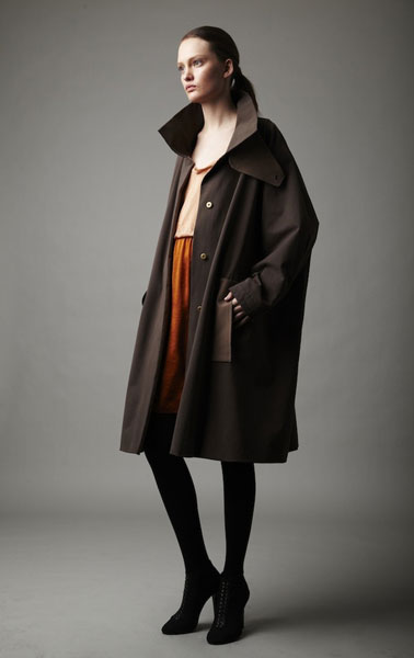Девушка в коричневом пальто оверсайз