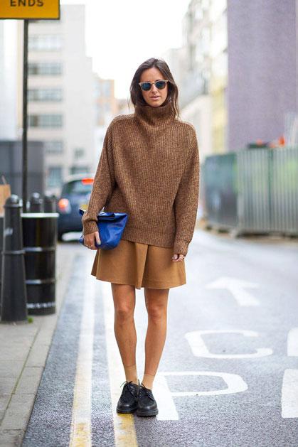 Девушка в коричневом свитере оверсайз