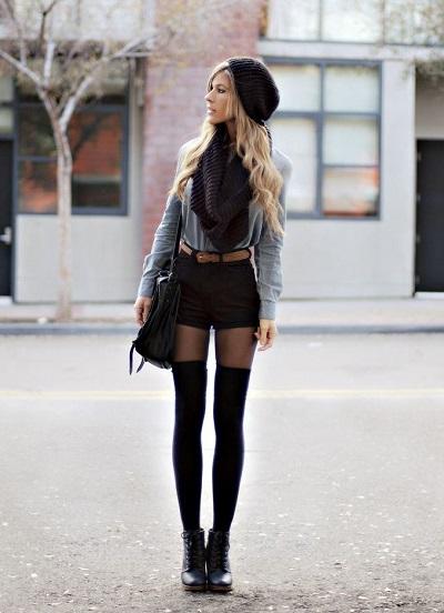 Девушка в коротких шортах и колготках с имитацией