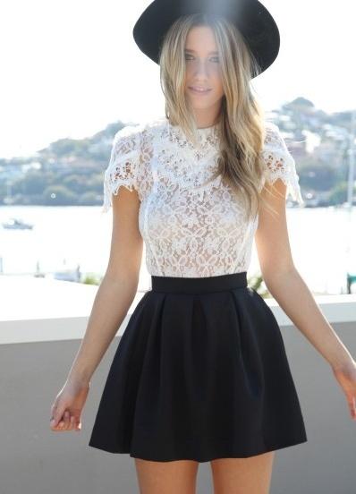 Девушка в короткой юбке и кружевной футболке