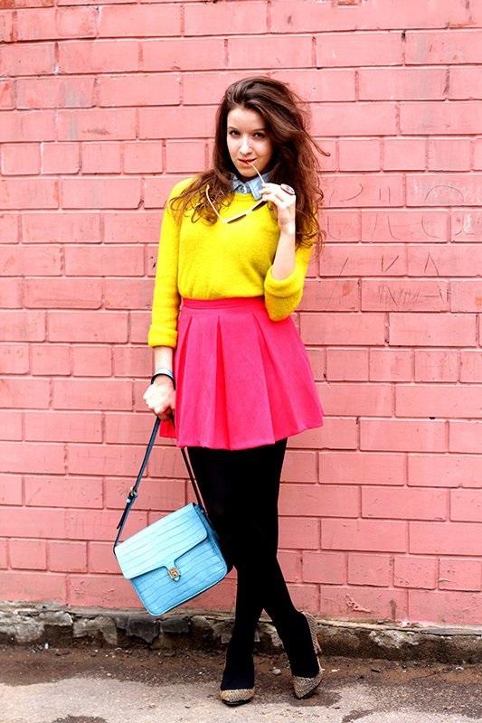 Девушка в короткой юбке и желтом джемпере