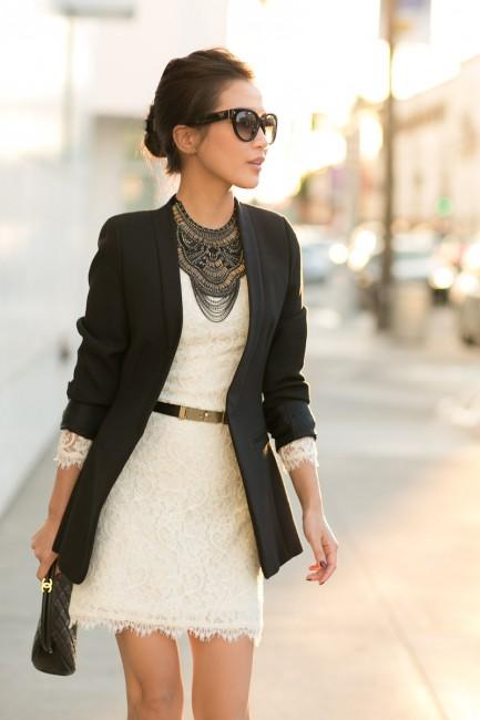 Девушка в кружевном платье и черном пиджаке