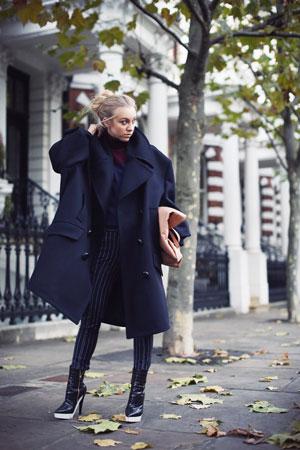 Девушка в пальто овер-оверсайз