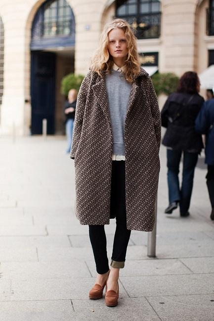 Девушка в пальто оверсайз с мелким принтом
