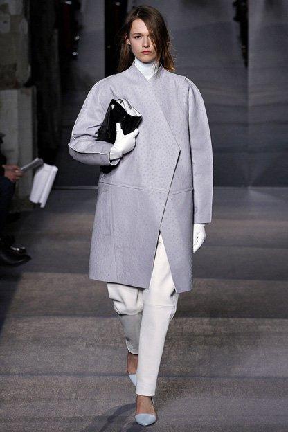 Девушка в пальто оверсайз с угловатыми формами