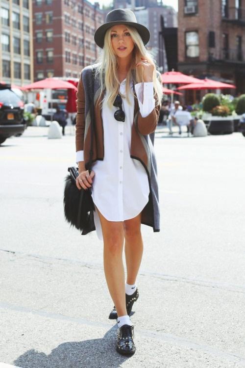 Девушка в платье рубашке, шляпе и кардигане