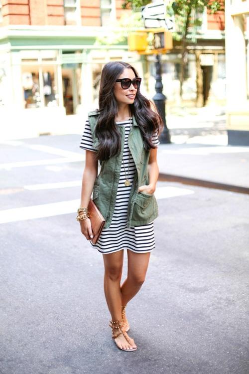 Девушка в полосатом платье, жилете и босоножках