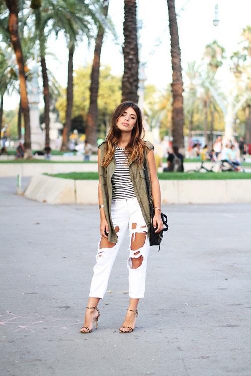 Девушка в полосатом топе, белых, рваных джинсах и жилете