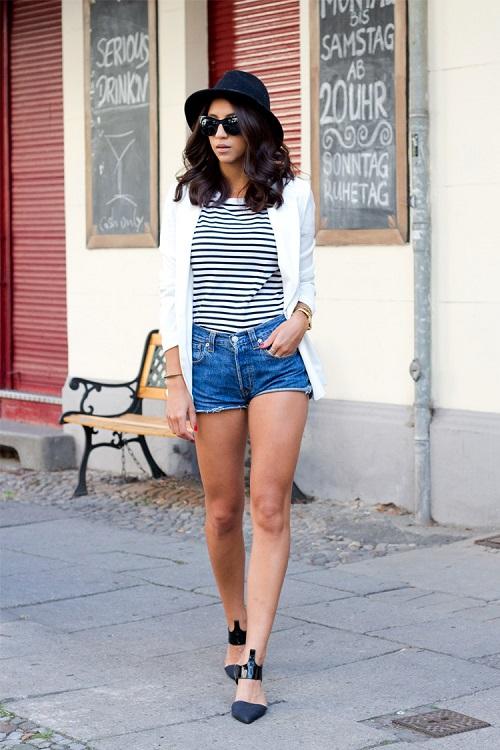 Девушка в полосатой футболке, джинсовых шортах и белом жакете