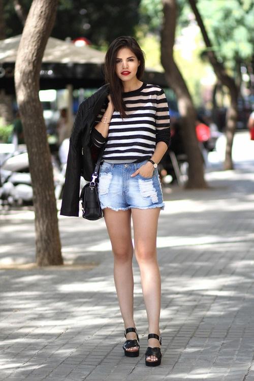 Девушка в полосатой футболке, мини шортах и босоножках