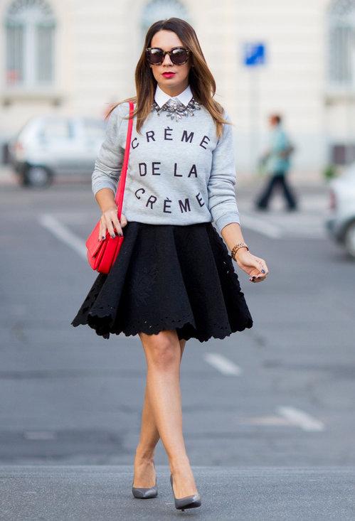 Девушка в пышной юбке джемпере и рубашке