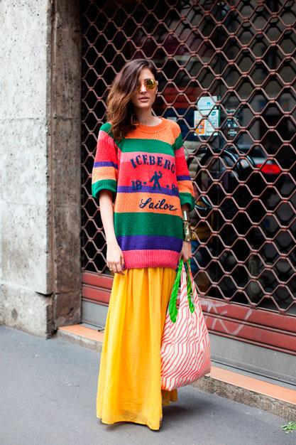 Девушка в разноцветном джемпере оверсайз