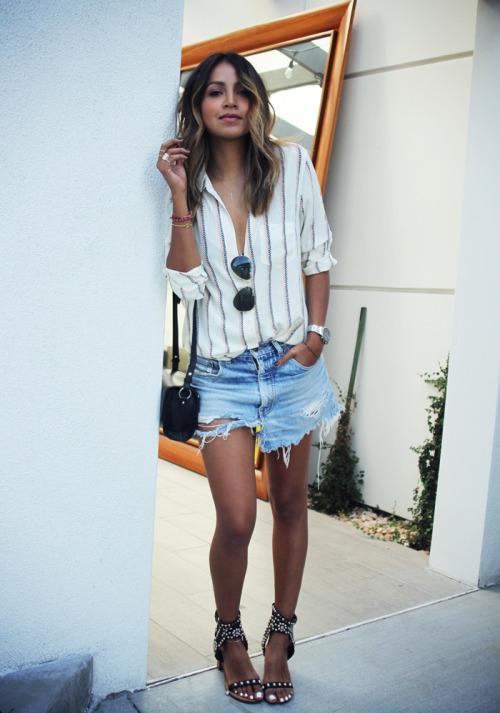 Девушка в рубашке в полоску, джинсовых шортах и босоножках