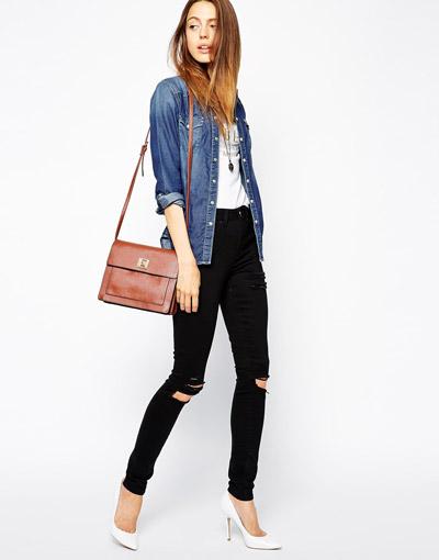 Девушка в рваных джинсах и белых туфлях лодочках