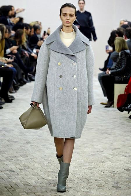 Девушка в сером пальто оверсайз на пуговицах