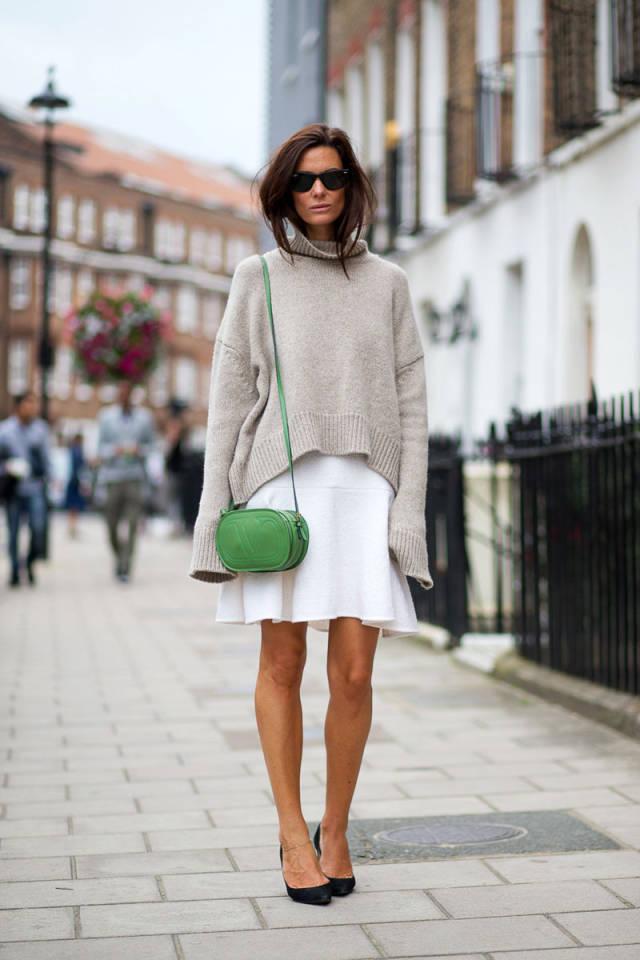Девушка в сером свитере оверсайз