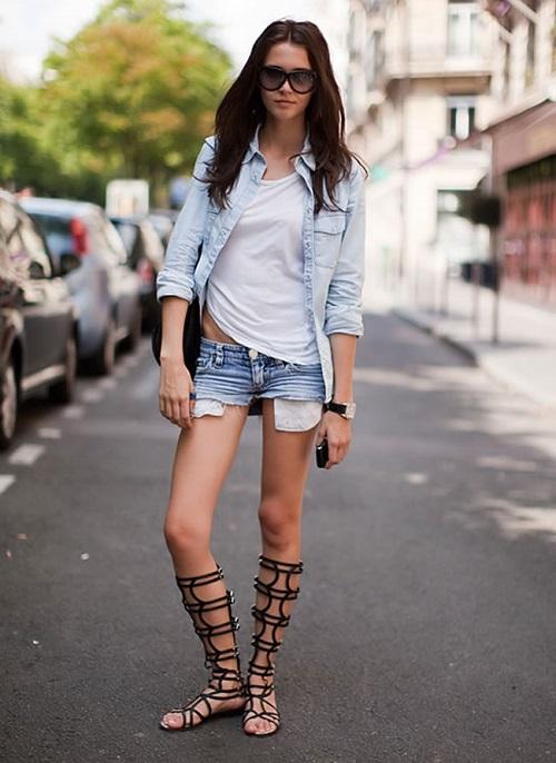Девушка в шортах и джинсовой футболке