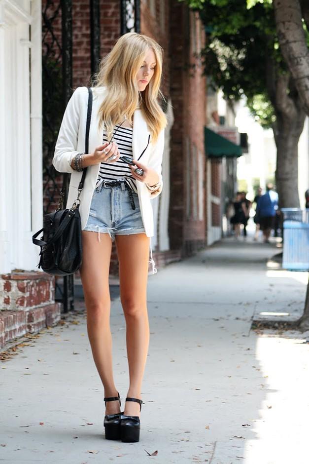 Девушка в джинсовых шортах и белом жакете